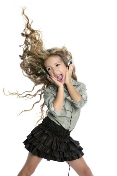 Это изображение имеет пустой атрибут alt; его имя файла - depositphotos_5512626-stock-photo-dancing-little-blond-girl-headphones.jpg